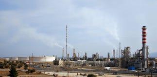 Grote olieraffinaderij bij schemer Stock Afbeeldingen
