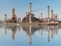 Grote olieraffinaderij van een hemelachtergrond Stock Afbeelding