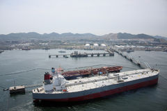 Grote olietank in benzinehaven Royalty-vrije Stock Foto's