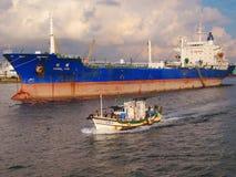 Grote Olietanker en Chinese Vissersboot Royalty-vrije Stock Afbeelding