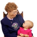 Grote Oma met Grote baby die van elkaar geniet Stock Afbeeldingen
