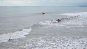 Grote onweersgolven die één voor één op de lange kust van een tropisch eiland verpletteren stock video