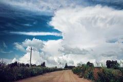 Grote onweerswolk die over weg hangt royalty-vrije stock afbeelding