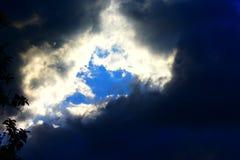 Grote onweerswolken in de middag royalty-vrije stock fotografie