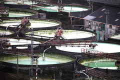 Grote open concrete industriële tanks Stock Foto's
