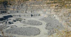 Grote open ijzerertssteengroeve, panorama van een grote steengroeve, materiaal in de steengroeve, Open kuil het werk proces, stee stock videobeelden
