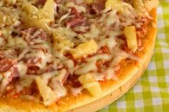 Grote Opperste Pizza in pan stock fotografie