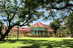 Grote oude boom en Koning Rama 6 Paleis, Huahin royalty-vrije stock foto's