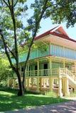 Grote oude boom en Koning Rama 6 Paleis, Huahin stock fotografie