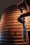 Grote oude houten vat en metaalbuisleidingen Royalty-vrije Stock Afbeelding