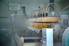 Grote oude machine in de winkel Stof in de lucht Rij van cilinders op het kader royalty-vrije stock afbeelding