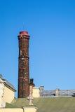 Grote oude verwarmingspijp tegen de blauwe hemel stock fotografie