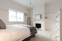 Grote oudere stijl vernieuwde flat in het Deense stileren royalty-vrije stock afbeelding