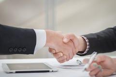 Grote overeenkomst! Jonge zakenlieden die handen met elkaar in t schudden Stock Afbeeldingen