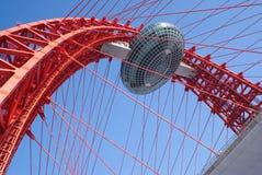 Grote overspannen rode brug met het bekijken van cabine Stock Foto's