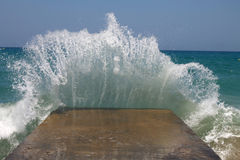 Grote overzeese golven die op een golfbreker breken Royalty-vrije Stock Fotografie