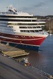Grote overzeese veerboot en een kleine brandboot Royalty-vrije Stock Fotografie