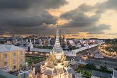 Grote paleis en Wat-phra keaw bij zonsondergang Bangkok, Thailand Royalty-vrije Stock Foto