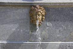 Grote Paleis, fonteinen en cascades in Peterhof Stock Foto's