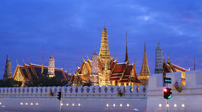 Grote paleistempel met nacht, Bangkok, Thailand Stock Foto's
