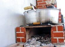 Grote pan in een houten oven Royalty-vrije Stock Afbeeldingen