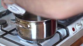 Grote pan van kokend water met Italiaanse deegwaren Thuis kokend Italiaanse deegwaren stock video