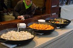 Grote pannen van Tsjechisch straatvoedsel voor verkoop Royalty-vrije Stock Foto's