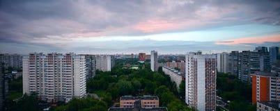 Grote panoramazonsondergang over de stad Moskou Rusland Stock Fotografie