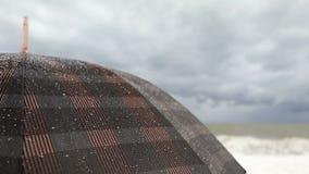 Grote paraplu stormachtige overzees stock videobeelden