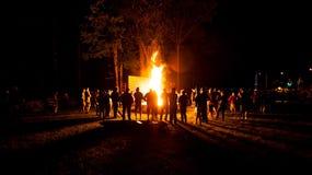 Grote partij bij kampbrand bij nacht stock foto