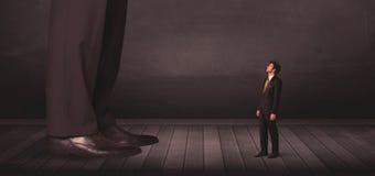 Grote persoon met klein zakenmanconcept Royalty-vrije Stock Afbeeldingen