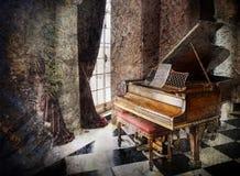 Grote piano in muziekkamer stock foto's