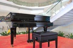 Grote piano op het rode tapijt Royalty-vrije Stock Afbeelding