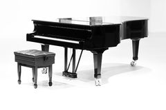 Grote piano op witte achtergrond Stock Foto
