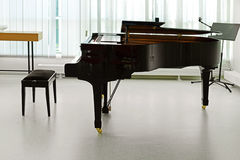 Grote piano in zaal stock afbeelding