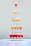 Grote piramide van wijnglazen Stock Foto's