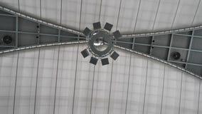 Grote plafondlamp voor grote zaal Modern gelaagd plafond met ingebedde weg lichten en uitgerekt plafondinlegsel, lichten stock video