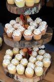 Grote plakken van hout die in rij worden gebruikt, die talrijk huwelijk houden cupcakes stock fotografie