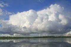 Grote pluizige wolk   stock foto