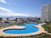Grote pool in een vakantietoevlucht Stock Fotografie