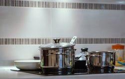 Grote pot in keuken met inductiefornuis stock foto's