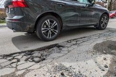 Grote pothole op Gilford-straat royalty-vrije stock afbeeldingen