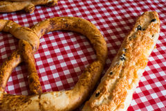 Grote pretzel en een Franse baguette Royalty-vrije Stock Foto
