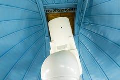 Grote professionele telescoop in een waarnemingscentrum Stock Foto's