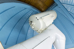 Grote professionele telescoop in een waarnemingscentrum Stock Foto
