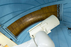 Grote professionele telescoop in een waarnemingscentrum Royalty-vrije Stock Foto