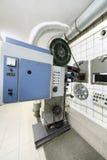 Grote projector met spoelen met videoband en in ruimte Royalty-vrije Stock Afbeeldingen