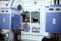 Grote projector met spoelen voor videoband in ruimte Royalty-vrije Stock Afbeelding