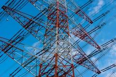 Grote pyloon tegen blauwe hemel stock afbeeldingen
