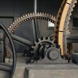 Grote radertjes van een kabelwagen stock afbeelding